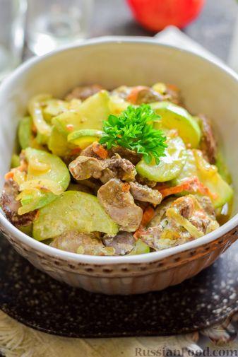 Фото приготовления рецепта: Куриная печень, тушенная с кабачками, в сметане - шаг №12
