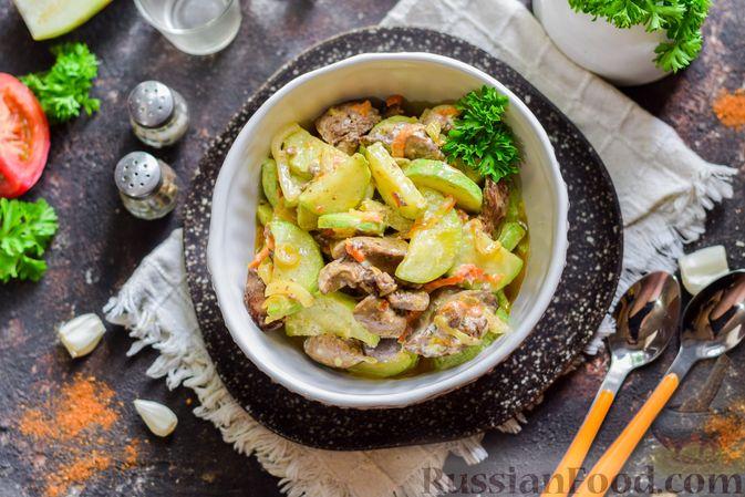 Фото приготовления рецепта: Куриная печень, тушенная с кабачками, в сметане - шаг №13