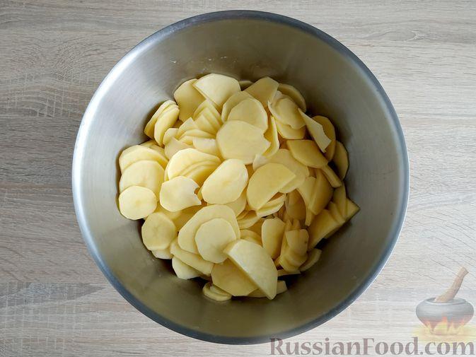 Фото приготовления рецепта: Картошка, запечённая с салом (в банках) - шаг №4