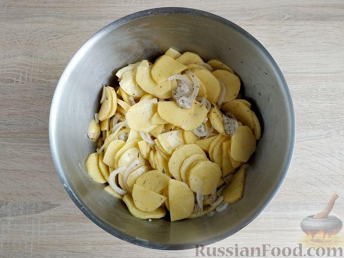 Фото приготовления рецепта: Картошка, запечённая с салом (в банках) - шаг №11