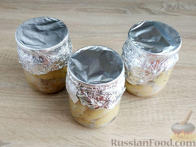 Фото приготовления рецепта: Картошка, запечённая с салом (в банках) - шаг №15