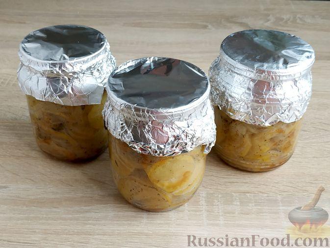 Фото приготовления рецепта: Картошка, запечённая с салом (в банках) - шаг №17