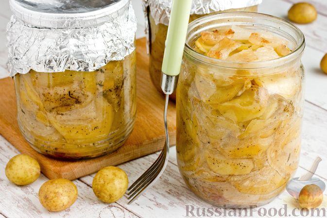 Фото приготовления рецепта: Картошка, запечённая с салом (в банках) - шаг №19