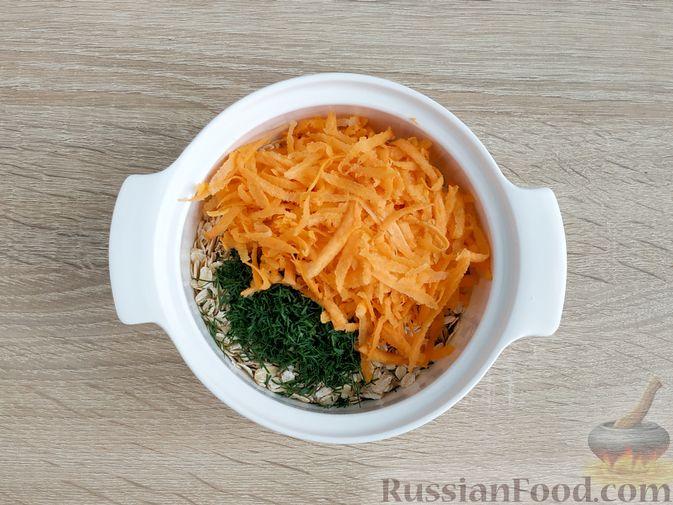 Фото приготовления рецепта: Несладкая ленивая овсянка с морковью и зеленью - шаг №5