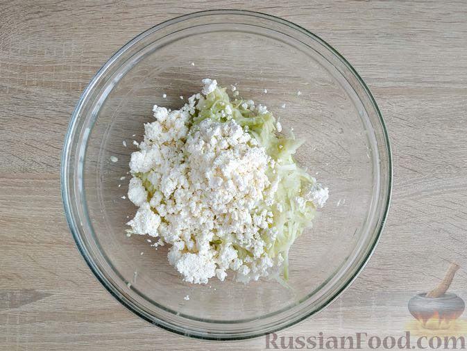 Фото приготовления рецепта: Творожно-кабачковая запеканка - шаг №3