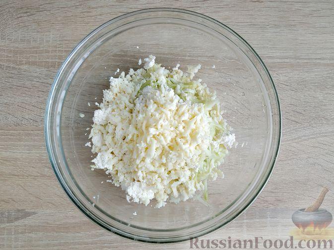 Фото приготовления рецепта: Творожно-кабачковая запеканка - шаг №4