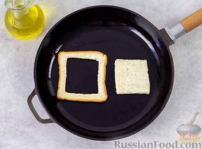 Фото приготовления рецепта: Горячие бутерброды с колбасой и яйцом (на сковороде) - шаг №4