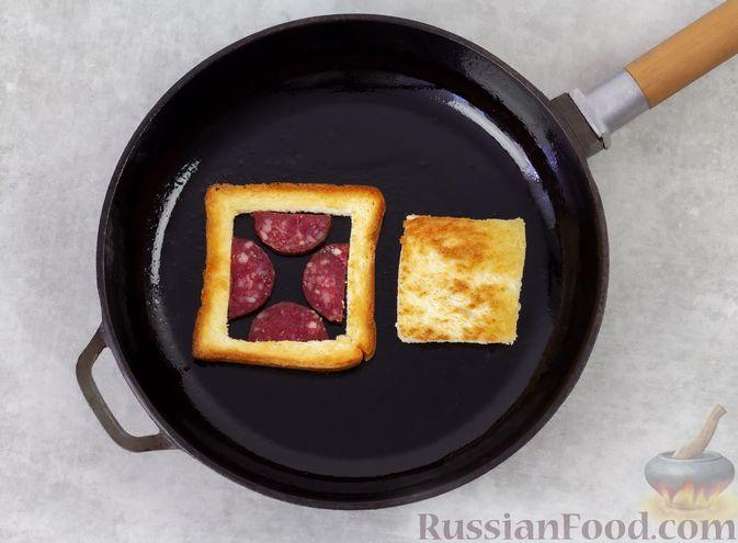 Фото приготовления рецепта: Горячие бутерброды с колбасой и яйцом (на сковороде) - шаг №5