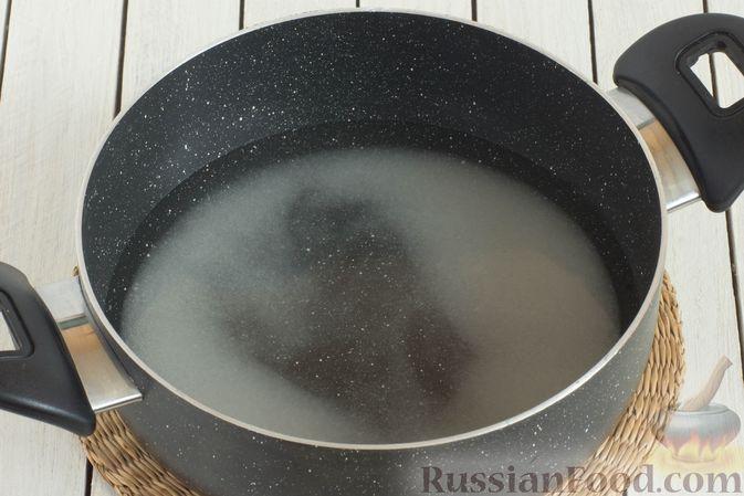 Фото приготовления рецепта: Компот из черешни и клубники на зиму - шаг №5