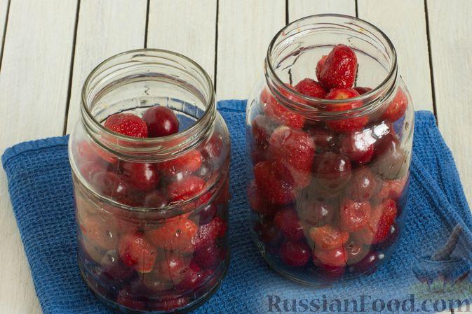 Фото приготовления рецепта: Компот из черешни и клубники на зиму - шаг №8
