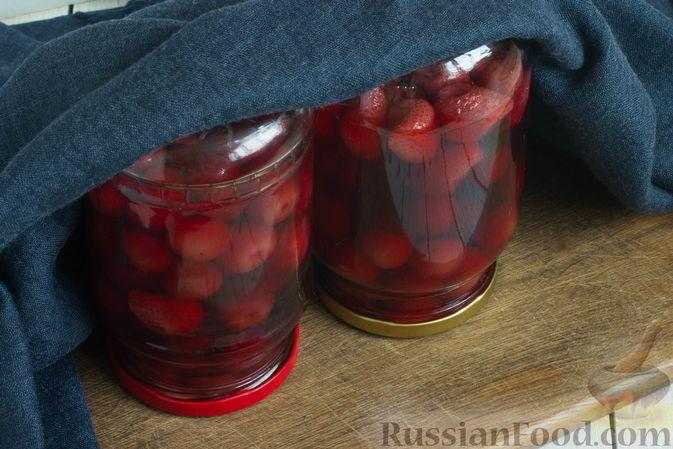 Фото приготовления рецепта: Компот из черешни и клубники на зиму - шаг №10
