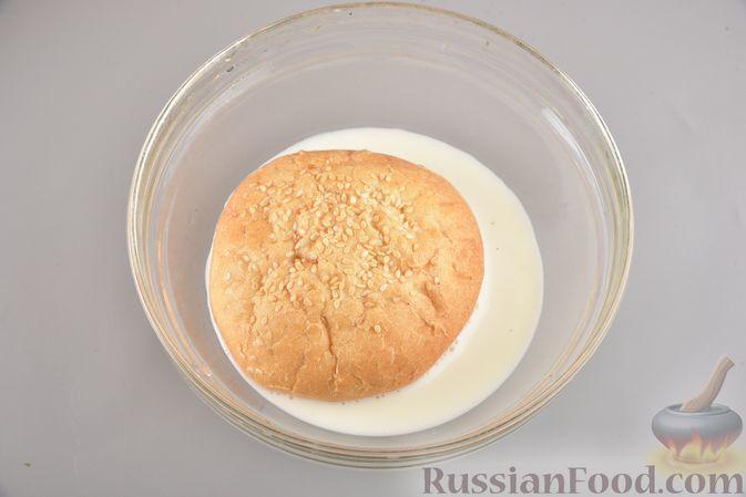 Фото приготовления рецепта: Мясные котлеты с болгарским перцем, запечённые в грибном соусе - шаг №2