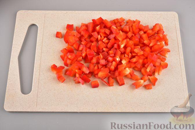 Фото приготовления рецепта: Мясные котлеты с болгарским перцем, запечённые в грибном соусе - шаг №3