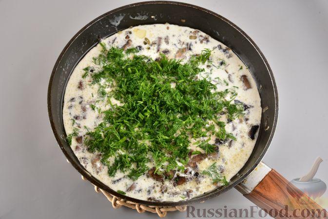 Фото приготовления рецепта: Мясные котлеты с болгарским перцем, запечённые в грибном соусе - шаг №13