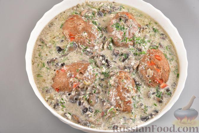 Фото приготовления рецепта: Мясные котлеты с болгарским перцем, запечённые в грибном соусе - шаг №14