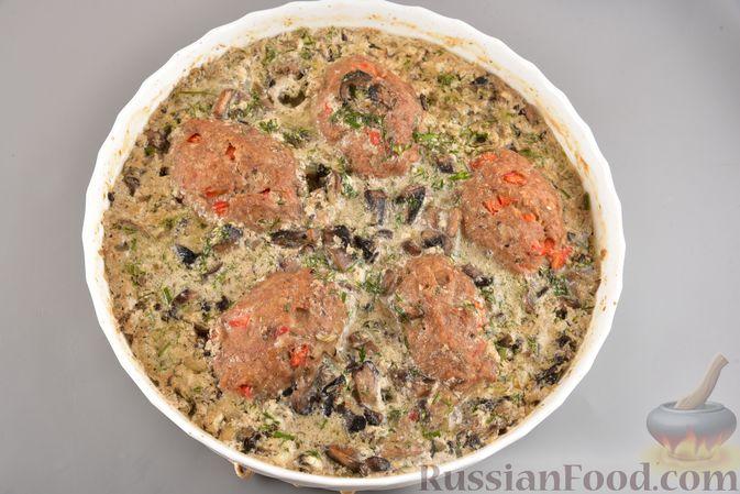 Фото приготовления рецепта: Мясные котлеты с болгарским перцем, запечённые в грибном соусе - шаг №15