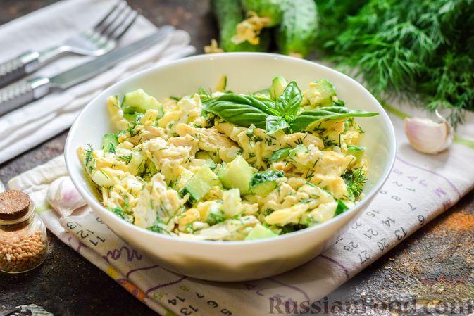 Фото к рецепту: Салат с курицей, огурцами, сыром и яйцами