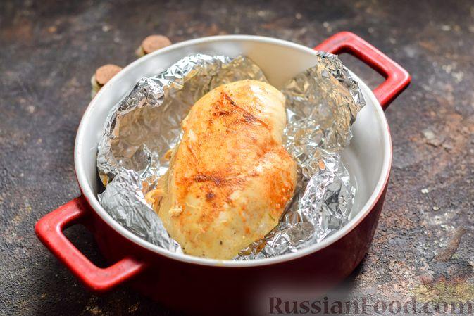 Фото приготовления рецепта: Салат с курицей, огурцами, сыром и яйцами - шаг №4