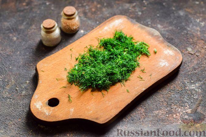 Фото приготовления рецепта: Салат с курицей, огурцами, сыром и яйцами - шаг №7