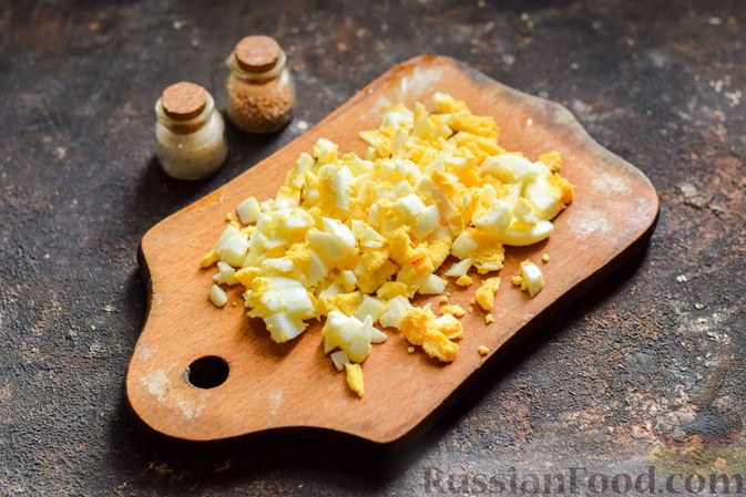 Фото приготовления рецепта: Салат с курицей, огурцами, сыром и яйцами - шаг №9