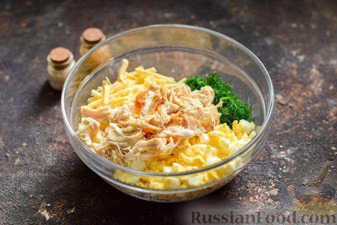 Фото приготовления рецепта: Салат с курицей, огурцами, сыром и яйцами - шаг №11