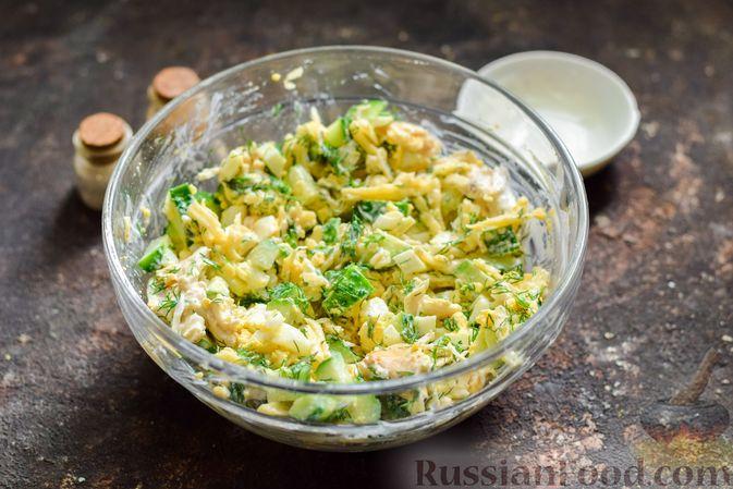 Фото приготовления рецепта: Салат с курицей, огурцами, сыром и яйцами - шаг №13