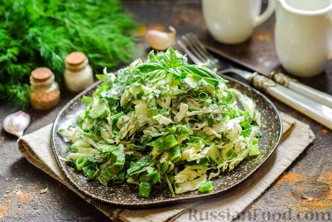 Фото к рецепту: Салат из молодой капусты с огурцами и шпинатом