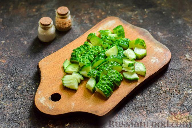 Фото приготовления рецепта: Салат из молодой капусты с огурцами и шпинатом - шаг №3