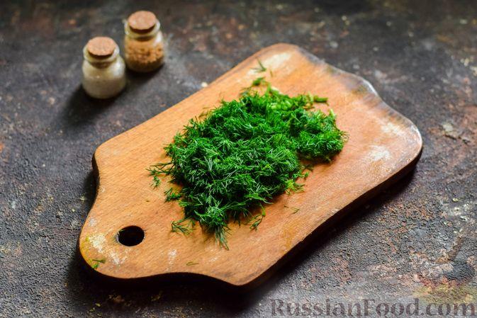 Фото приготовления рецепта: Салат из молодой капусты с огурцами и шпинатом - шаг №4