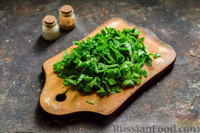 Фото приготовления рецепта: Салат из молодой капусты с огурцами и шпинатом - шаг №5