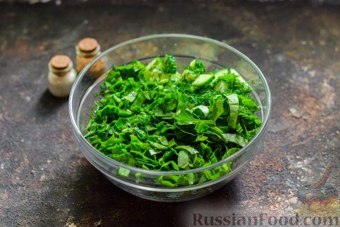 Фото приготовления рецепта: Салат из молодой капусты с огурцами и шпинатом - шаг №7