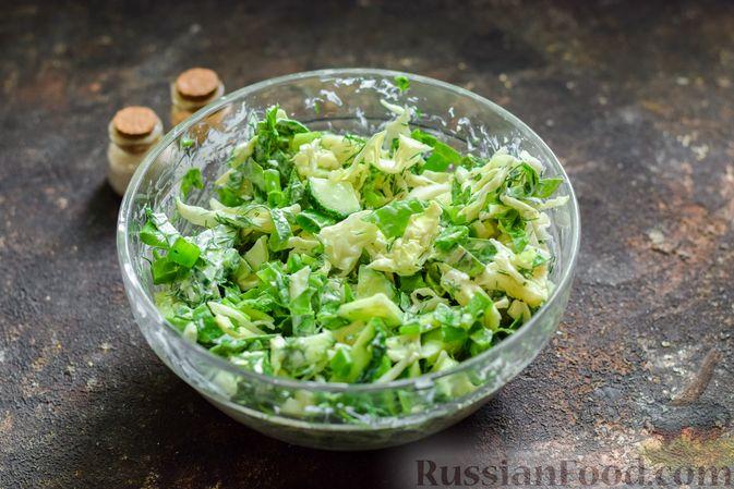 Фото приготовления рецепта: Салат из молодой капусты с огурцами и шпинатом - шаг №9