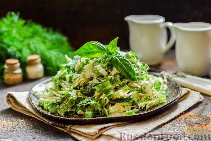 Фото приготовления рецепта: Салат из молодой капусты с огурцами и шпинатом - шаг №10