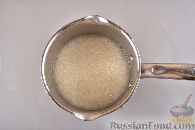 Фото приготовления рецепта: Мясные тефтели с рисом, запечённые в томатном соусе - шаг №2