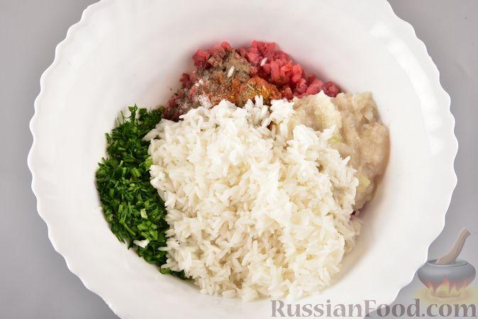 Фото приготовления рецепта: Мясные тефтели с рисом, запечённые в томатном соусе - шаг №6