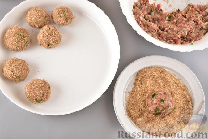 Фото приготовления рецепта: Мясные тефтели с рисом, запечённые в томатном соусе - шаг №13