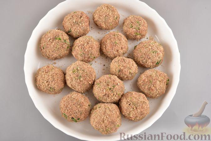 Фото приготовления рецепта: Мясные тефтели с рисом, запечённые в томатном соусе - шаг №14