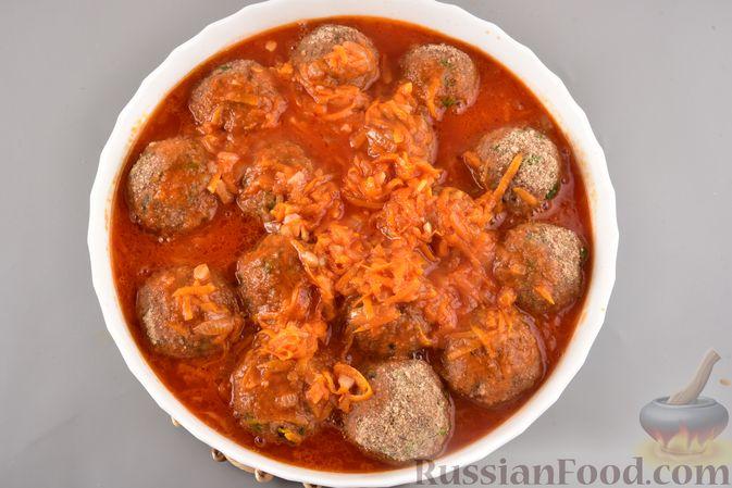 Фото приготовления рецепта: Мясные тефтели с рисом, запечённые в томатном соусе - шаг №15