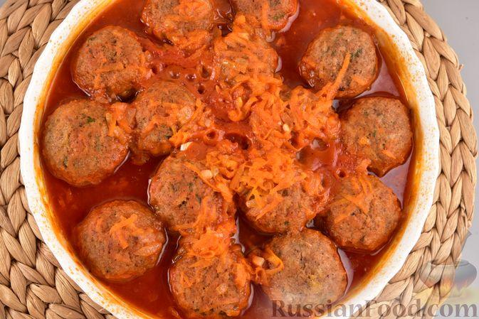 Фото приготовления рецепта: Мясные тефтели с рисом, запечённые в томатном соусе - шаг №17