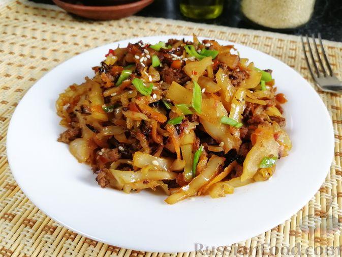 Фото к рецепту: Жареная капуста с фаршем и имбирём,  в пикантном соусе