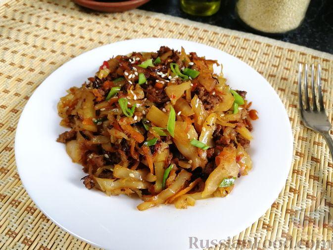 Фото приготовления рецепта: Жареная капуста с фаршем и имбирём,  в пикантном соусе - шаг №12