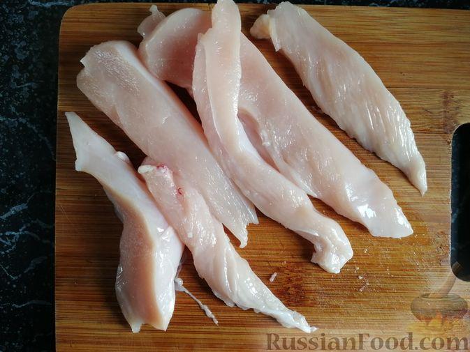 Фото приготовления рецепта: Роллы с курицей, огурцом и авокадо - шаг №7