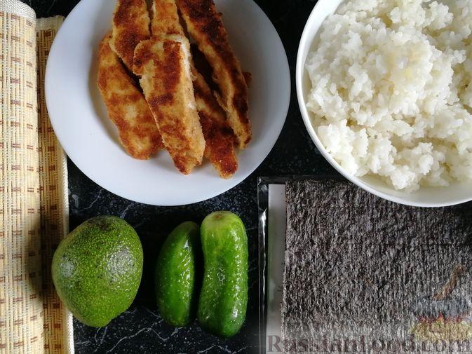 Фото приготовления рецепта: Роллы с курицей, огурцом и авокадо - шаг №10