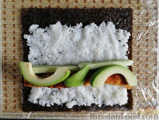 Фото приготовления рецепта: Роллы с курицей, огурцом и авокадо - шаг №14