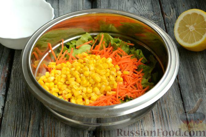 Фото приготовления рецепта: Салат с редиской, огурцом, морковью и кукурузой - шаг №4