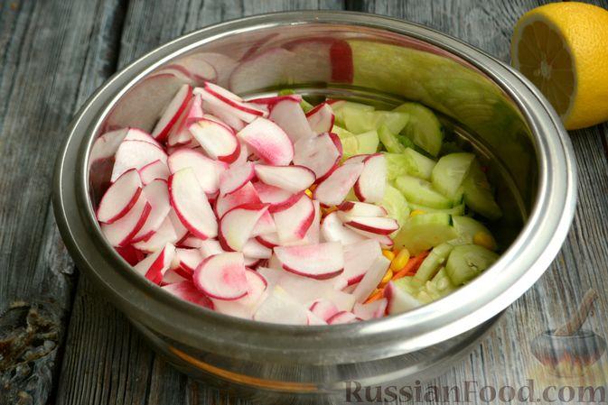 Фото приготовления рецепта: Салат с редиской, огурцом, морковью и кукурузой - шаг №7