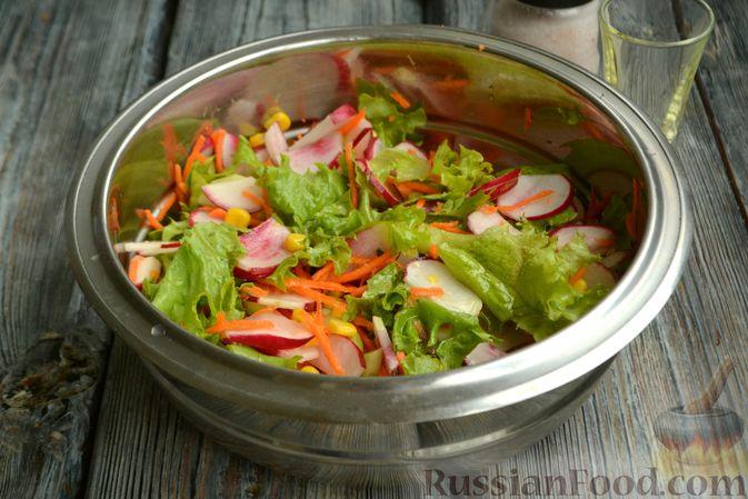 Фото приготовления рецепта: Салат с редиской, огурцом, морковью и кукурузой - шаг №8