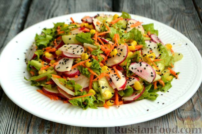 Фото приготовления рецепта: Салат с редиской, огурцом, морковью и кукурузой - шаг №9