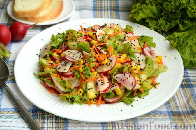 Фото приготовления рецепта: Салат с редиской, огурцом, морковью и кукурузой - шаг №10