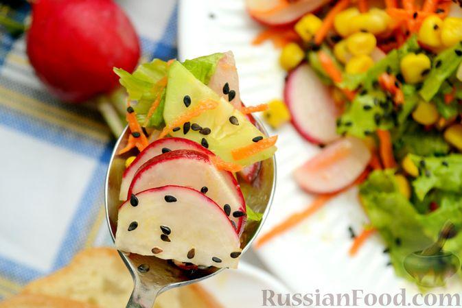 Фото приготовления рецепта: Салат с редиской, огурцом, морковью и кукурузой - шаг №11